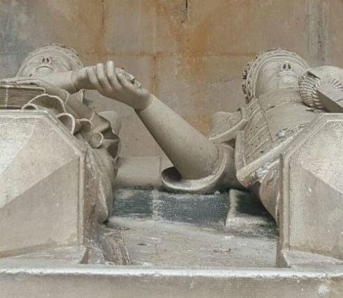 Monastero di Batalha, Portogallo. Nelle cappelle incompiute il re Duarte e la regina Eleonora d'Aragona riposano per sempre sotto le stelle, tenendosi per mano.