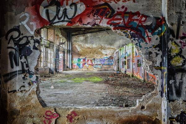 Graffiti, vetri infranti e rischi sociali