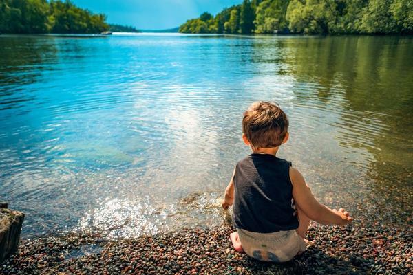 Niente schermi ai nostri bimbi: bisogna educarli a saper vivere