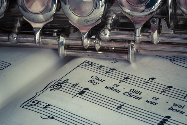Echi di flauto: le molte vibrazioni di una voce educata e gentile